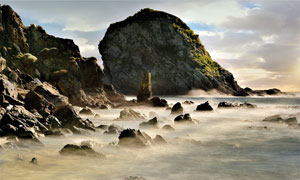 海边大石头和岩石摄影图片