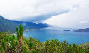 乌云下的泸沽湖美景摄影图片