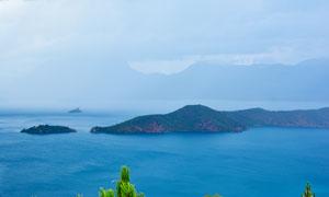 泸沽湖中的岛屿摄影图片