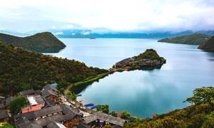 泸沽湖湖边景区建筑摄影图片