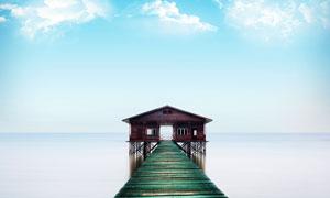 海边木桥栈道和木屋摄影图片