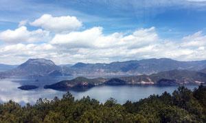 蓝天白云下的泸沽湖高清摄影图片