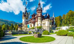 蓝天下的欧式园林和城堡摄影图片