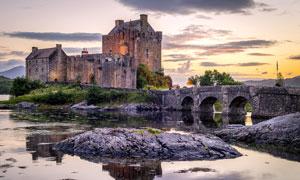 黄昏下的欧式古城堡建筑摄影图片