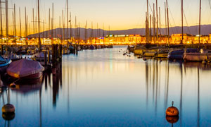 欧洲海边小镇上的码头夜景摄影图片