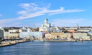 蓝天下的欧洲海边城市摄影图片