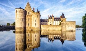 欧洲湖泊中的古城堡摄影图片