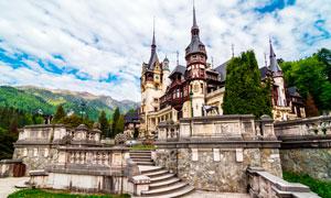 山中美丽的欧洲城堡摄影图片
