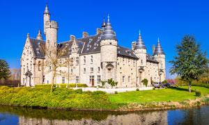 蓝天下的欧式城堡摄影图片