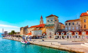 蓝天下的海边城市景观摄影图片