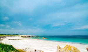 烏云下的海邊沙灘美景攝影圖片