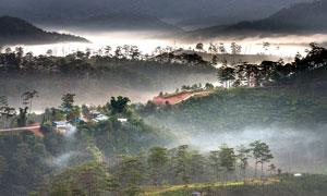 山間云霧和山林美景攝影圖片