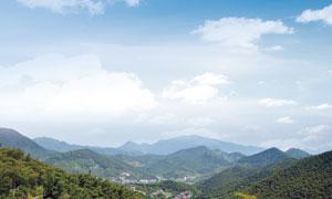 藍天白云下的青山美景攝影圖片