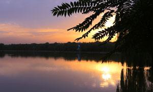 落日下的湖泊美景摄影图片