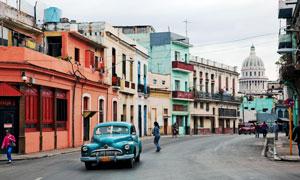 欧洲小镇道路上的复古汽车高清图片