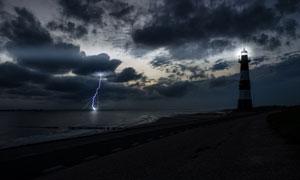 海邊燈塔烏云閃電風光攝影高清圖片