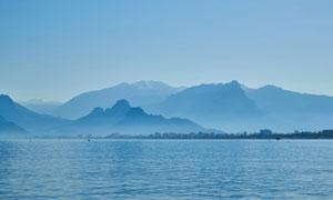 海面与远处隐约可见的群山高清图片