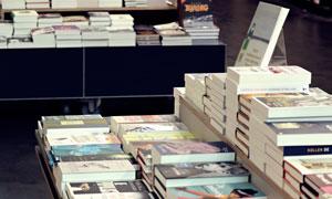书店里摆放整齐的图书摄影高清图片