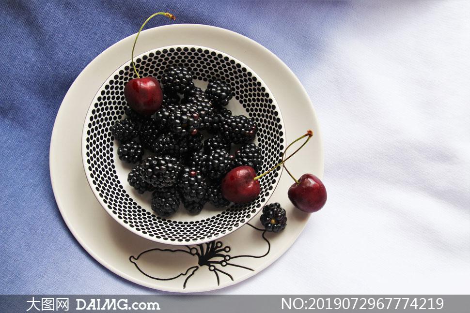 碗里的桑葚与樱桃特写摄影高清图片