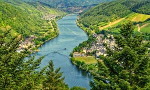 航拍视角河两岸的植被风光高清图片