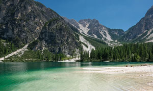 山峰树木与清澈的湖水摄影高清图片