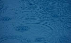 水面上产生的涟漪特写摄影高清图片