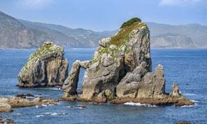 靠近大海边的礁石自然风景高清图片