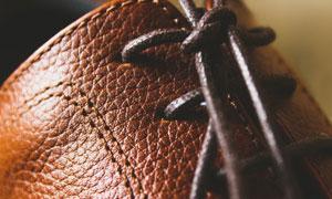 真皮皮鞋上的鞋带部分特写高清图片