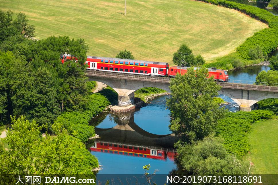 行驶在桥上的列车风光摄影高清图片