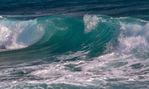 大海上卷起的汹涌波浪摄影高清图片