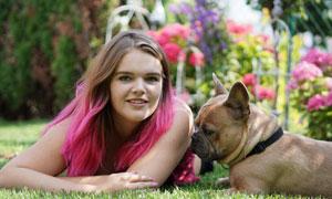 宠物狗陪伴的美女人物摄影高清图片