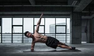 单臂支撑健身男子人物摄影高清图片