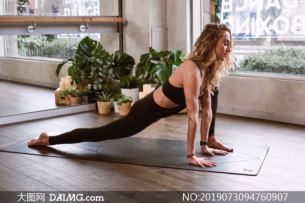 瑜伽馆披肩发美女人物摄影高清图片