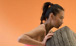 推轮胎的运动美女人物摄影高清图片