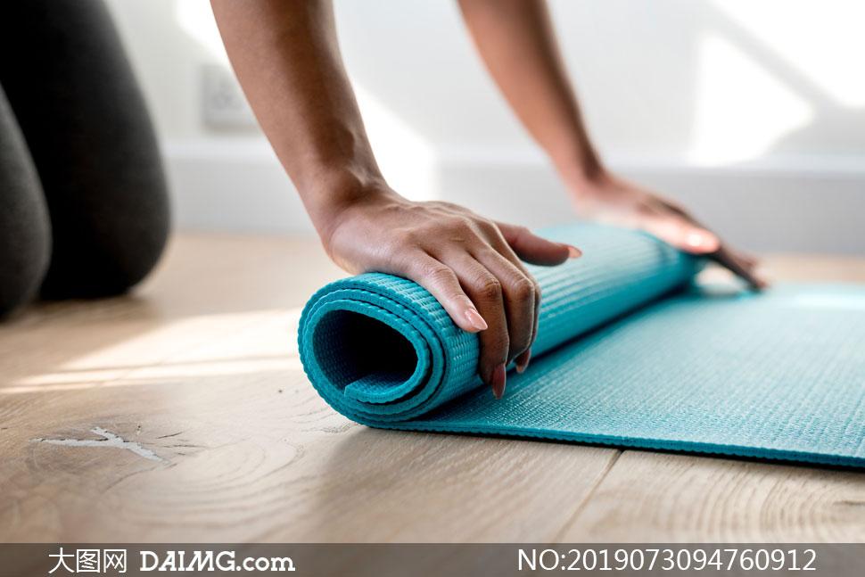 在卷瑜伽垫的场景特写摄影高清图片