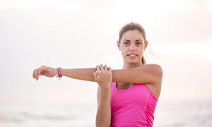 在拉伸筋骨的健身美女摄影高清图片