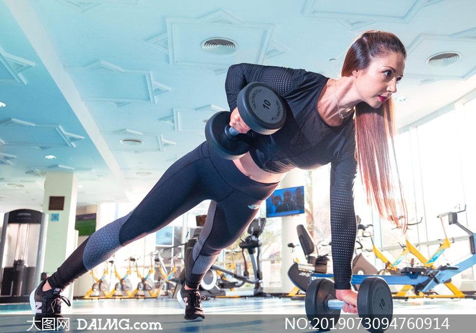 哑铃运动美女人物主题摄影高清图片