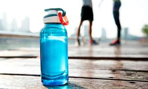 装满水的运动水杯特写摄影高清图片