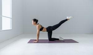 房间里练习瑜伽的美女摄影高清图片