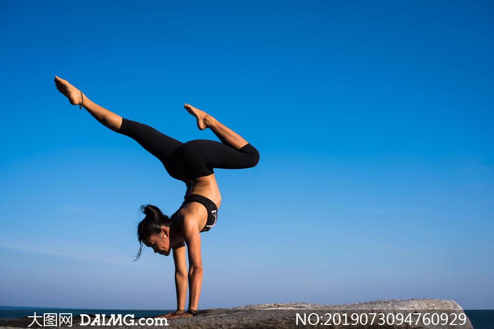 蔚蓝天空瑜伽美女人物摄影高清图片