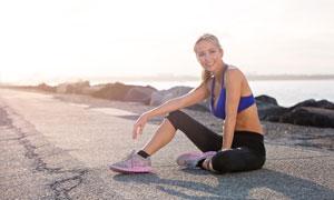 坐地上的健身开心美女摄影高清图片