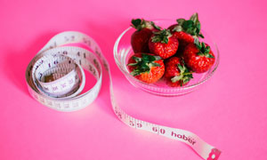 软尺与红彤彤草莓特写摄影高清图片