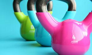 三种颜色的健身用壶铃摄影高清图片