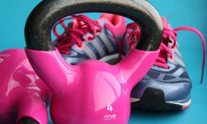 运动鞋与粉红色的壶铃摄影高清图片
