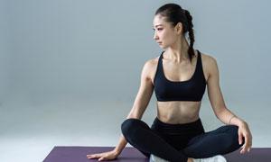 端坐在瑜伽垫上的美女摄影高清图片