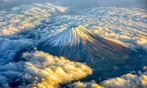 云海中的火山摄影图片