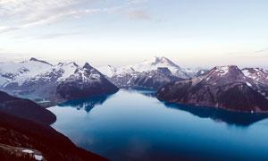 雪山中的湖泊美景攝影圖片