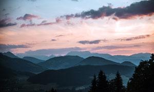 黃昏下的連綿山脈攝影圖片