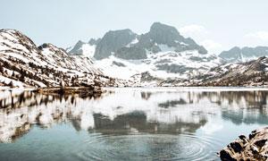 雪山下清澈的湖泊美景攝影圖片