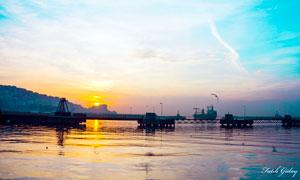 夕阳下的油田风光摄影图片